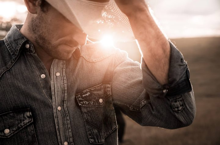 The original Cowboy Cut® Western Work Shirt.  The Cowboy Cut® collection features only the best, like this antique wash denim Western work shirt. Authentic Western front and back yokes and two authentic Western spade flap pockets with snap closures.  65 €